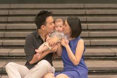 Junge asiatische chinesische Familie mit Sohn des fünfmonatigen Babys Lizenzfreie Stockfotografie