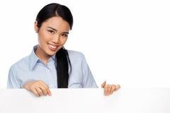 Junge asiatische Dame mit einem unbelegten Zeichen stockbild