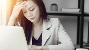 Junge asiatische Druckfrau bei der Arbeit, deprimierte Frau im Büro Stockfotografie