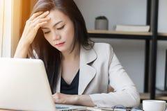 Junge asiatische Druckfrau bei der Arbeit, deprimierte Frau im Büro Lizenzfreie Stockfotos