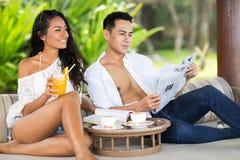 Junge asiatische entspannende Paare Stockfotos