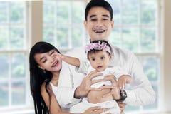 Junge asiatische Familie im neuen Haus Stockbilder