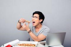Junge asiatische Fleisch fressende Pizza Lizenzfreies Stockfoto