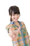 Junge asiatische Frau, die das Friedens- oder Sieghandzeichen zeigt Lizenzfreie Stockbilder