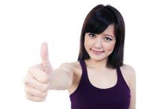 Junge asiatische Frau, die Daumen herauf Zeichen zeigt Lizenzfreies Stockfoto