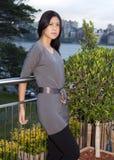 Junge asiatische Frau, die draußen steht Stockfotos