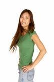 Junge asiatische Frau, die Haar leicht schlägt Lizenzfreies Stockbild