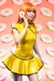 Junge asiatische Frau, die im gelben Kleid aufwirft Stockbild