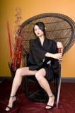Junge asiatische Frau, die im Stuhl sitzt Stockbilder