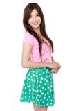 Junge asiatische Frau im zufälligen Lächeln Stockfoto