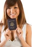 Junge asiatische Frau mit amerikanischem Paß in der Hand Lizenzfreies Stockbild