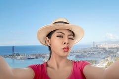 Junge asiatische Frau mit dem Hut, der selfie Aufstellung nimmt Lizenzfreie Stockfotografie