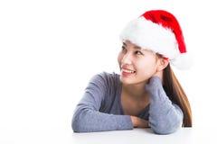 Junge asiatische Frau mit dem Weihnachtshut lokalisiert auf Weiß Lizenzfreies Stockbild