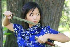 Junge asiatische Frau mit Klinge Stockfoto