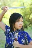 Junge asiatische Frau mit Klinge Lizenzfreie Stockbilder