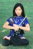 Junge asiatische Frau mit Klinge Lizenzfreie Stockfotos