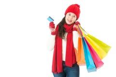 Junge asiatische Frau Weihnachtsverkaufseinkaufen mit Kreditkarte Lizenzfreie Stockfotografie