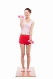 Junge asiatische Frauenübung mit dubbbell Stockfotos