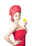 Junge asiatische Frauen mit Gesichtsmaske und Früchten Stockbilder