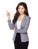 Junge asiatische Geschäftsfrau, die auf Kopienraum zeigt Stockfoto