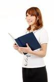 Junge asiatische Geschäftsfrau, die ein Buch anhält Stockfoto