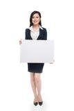 Junge asiatische Geschäftsfrau, die ein weißes Brett lokalisiert auf whi zeigt Lizenzfreie Stockbilder
