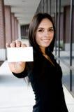Junge asiatische Geschäftsfrau, die eine unbelegte Karte anhält Stockbild