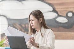 Junge asiatische Geschäftsfrau Reading stockfotos