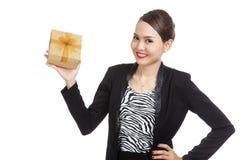 Junge asiatische Geschäftsfrau mit einer goldenen Geschenkbox Stockfoto