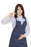 Junge asiatische Hausfrau, die das Friedenszeichen zeigt Stockbilder