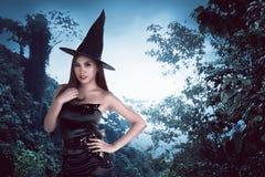 Junge asiatische Hexenfrau Lizenzfreie Stockfotografie