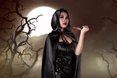 Junge asiatische Hexenfrau, die Messer hält Lizenzfreie Stockfotografie