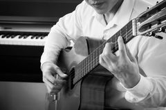 Junge asiatische Mannspielgitarre Instrument der klassischen Musik Kunst- und Musikporträthintergrund Schwarzweiss-Farbton Lizenzfreie Stockfotografie