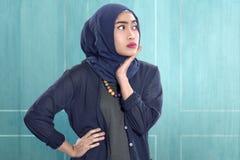 Junge asiatische moslemische Frau im hijab mit der Hand auf Taille lizenzfreie stockbilder
