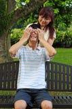 Junge asiatische Paare, die Spiele spielen Lizenzfreie Stockfotos