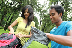 Junge asiatische Paare, die zum Wandern sich vorbereiten Lizenzfreie Stockfotos
