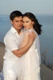 Junge asiatische Paare im Weiß lizenzfreie stockfotografie