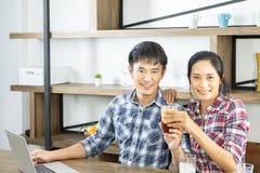 Junge asiatische Paare sind gl?cklich, zusammen zu kochen, zwei Familien sich helfen sich vorzubereiten, in der K?che zu kochen stockfotos