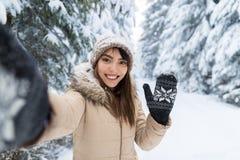 Junge asiatische Schönheits-Lächeln-Kamera, die Selfie-Foto im Winter-Schnee Forest Girl Outdoors macht stockfoto