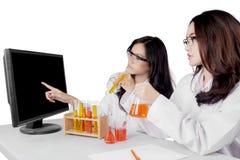 Junge asiatische weibliche Wissenschaftler, die Forschung tun Stockbild