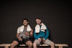 Junge Athleten, die am Turnhallenumkleideraum stillstehen lizenzfreies stockfoto