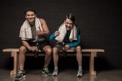 Junge Athleten, die am Turnhallenumkleideraum stillstehen stockfoto