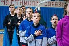 Junge Athleten hören auf das Nationalhymne, Ñ- hampionship der Stadt von Kamenskoye, beim cheerleading unter Soli, die Duos und  lizenzfreie stockbilder