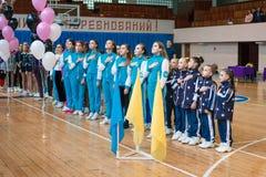 Junge Athleten hören auf das Nationalhymne, Ñ- hampionship der Stadt von Kamenskoye, beim cheerleading unter Soli, die Duos und  stockfotografie