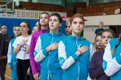 junge Athleten hören auf die Nationalhymne, Ñ- hampionship der Stadt von Kamenskoye herein lizenzfreies stockfoto