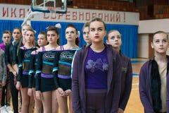 Junge Athleten hören auf die Nationalhymne, Meisterschaft der Stadt von Kamenskoye, beim cheerleading unter Soli, Duos und Teams stockfoto