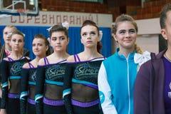 Junge Athleten hören auf die Nationalhymne, Meisterschaft der Stadt von Kamenskoye, beim cheerleading unter Soli, Duos und Teams stockfotos