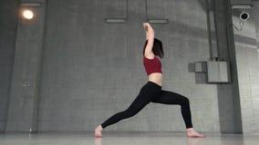 Junge Athletenfrau, die das Ausdehnen in das Tanzstudio tut stock footage