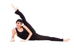 Junge Athletenfrau, die Übung ausdehnend tut Lizenzfreie Stockbilder