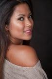 Junge attraktive asiatisch-pazifische Inselbewohnerfrau lizenzfreie stockfotos